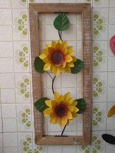 Quadro de madeira com flores de lata