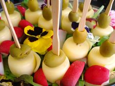 Aj takéto skvelé Tapas môžete zažiť u nás ... www.vinopredaj.sk ...  Talianske prosciutto crudo s melónom, syrové závitky s olivami alebo pomazánky so zeleninkou a wasabi.  #kaviaren #tapas #winebar #vinoteka #wineshop #delishop #delkikatesy #chlebicky #milujemejedlo #mameradijedlo #prosciutto #prosciuttocrudo #sunka #ham #syr #cheese #melon #inmedio #chutovky #kvety #yummy #wasabi #delikatesy #delicate #deli #jedlekvety #mnam