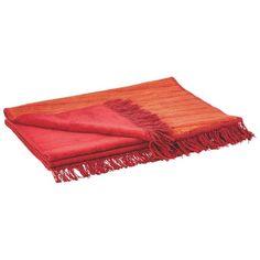 Der kuschelige Sofaläufer von IBENA besticht durch sympathische Fransen und die hochwertige Optik in Rot und Orange. Sie werden vom strapazierfähigen Mischgewebe begeistert sein. Das gemütliche Accessoire ist dekorativ gewebt und in der Maschine bis 40° C leicht waschbar.