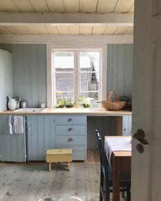 Livs Lyst: hvordan skape et nostalgisk kjøkken? Rustic Kitchen, Kitchen Dining, Kitchen Cabinets, Beach House Kitchens, Home Kitchens, Dark Grey Kitchen, Swedish Cottage, Studio Kitchen, Country Interior