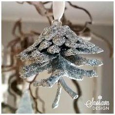 Glitrende kongle i sølv. Glittering silver pinecone