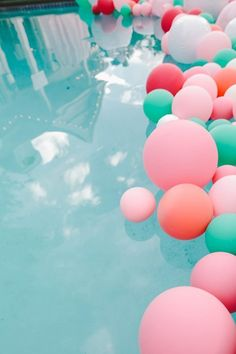If I had q pool, this is what I would do! Different-sized balloons in the pool will make your summer party memorable and colorful. Garden Parties, Outdoor Parties, Summer Parties, Backyard Parties, Summer Events, Pool Party Ideias, Sommer Pool Party, Pool Party Decorations, Wedding Decorations