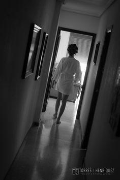 Esperanza camina por el pasillo de su casa dando comienzo a su historia de amor
