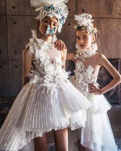 MISCHKA AOKI SS 2018 Little Girl Fashion, Kids Fashion, Fashion Show, Gowns For Girls, Girls Dresses, Nice Dresses, White Flower Girl Dresses, Little Girl Dresses, Peacock Dress