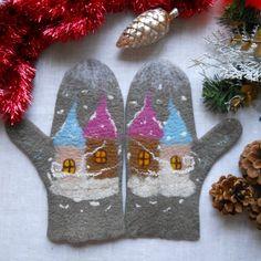 Безупречные дизайнерские войлочные варежки в подарок для женщин со сказочными мотивами: два уютных сказочных домика с островерхими крышами, с теплыми светлыми окнами заметает холодная вьюга на фоне жемчужно-серых зимних сумерек. Мягкие теплые варежки из натуральной шерсти в подарок согреют нежные ру