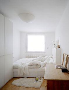 All white small bedroom (ojo al detalle de las tiraderas del closet....yo podría cambiar las del mío por unas así)