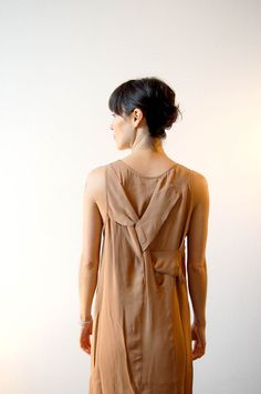 una: tess giberson  Woven back dress....does this come in UN- flesh?
