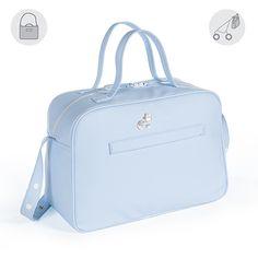 Bolsa canastilla o bolso para silla de paseo Elodie en polipiel azul. Bolsa para silla de paseo, muy elegante y práctica. De gran capacidad para llevar todo lo que necesite tu bebé. Incluye asa larga para colgar en el cochecito y asas cortas para colgar en el hombro. Forro interior a tono con bolsillos. Se puede lavar a mano o a máquina a 30º. Los materiales utilizados están libres de colorantes azoicos, ftalatos y sustancias nocivas para la salud. Medidas: 40X28X18 cm. Bolsas de maternidad…