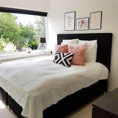 Czarne łóżka i różowe dodatki w sypialni - Lovingit.pl