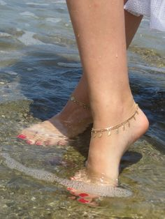 In this video, we will show you the latest trendy women's foot jewelry, ankle bracelets, female feet & more. Find out the perfect feet jewelry for you. Ankle Bracelets Gold, Ankle Jewelry, Dainty Bracelets, Diamond Bracelets, Gold Anklet, Anklets, Gorgeous Feet, Beautiful, Gold Armband