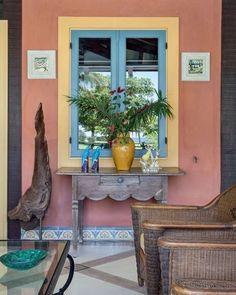 Os tons pastel dos azulejos que compõem o rodapé desta varanda, parte de uma elegante casa em Paraty, serviram como ponto de partida para a escolha das cores aplicadas na parede e na janela, fazendo uma versão revisitada – e mais colorida! – do estilo das casas de praia brasileiras. Projeto inspirador do arquiteto Jorge Elias (@jorgeelias). Mais detalhes, no site (link na bio) #casavogue #decoração #casadepraia