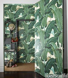 Designer Steven Sclaroff papers the walls and door of the tiny vestibule in Martinique, Hinson's iconic banana-leaf pattern that is practically synonymous with the Beverly Hills Hotel. I've always loved banana leaf wallpaper Wallpaper Door, Palm Leaf Wallpaper, Print Wallpaper, Pattern Wallpaper, Unique Wallpaper, Tropical Wallpaper, Wallpaper Awesome, Office Wallpaper, Classic Wallpaper