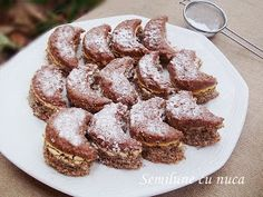 diana's cakes love: Semilune cu nuca Romanian Food, Biscotti, Cereal, French Toast, Recipies, Cooking Recipes, Sweets, Cookies, Diana