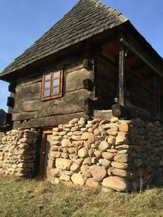 Small Log Cabin, Tiny House Cabin, Cabin Homes, Diy Rustic Decor, Rustic Design, Off Grid House, Rural House, Vernacular Architecture, Unique Buildings