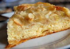 une tarte INCROYABLEMENT délicieuse! à faire et à refaire! il faut: un rouleau de pâte feuilletée ou de pâte sablée une petite boite de lait concentré sucré (environ 370g) 3 oeufs quelques gouttes d'arôme vanille 2 à 3 bananes et des amandes éffilées...