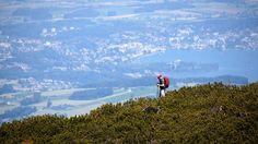 Der lange Weg über das Höllengebirge - Großartig ist die Tour vom Feuerkogel über das Höllengebirge zum Hochleckenhaus. Der Weg führt vor dem Abstieg zu den Langbathseen zum Gipfelkreuz am Brunnkogel. Zur Bergtour: http://www.nachrichten.at/freizeit/freizeit_tipps/tourentipps/Der-lange-Weg-ueber-das-Hoellengebirge;art268,1436270 (Bild: Peham)