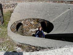 Peña de Francia, en la parte central de la explanada hay un reloj de sol por el que se accede a unos pequeños túneles que conducen a pequeños miradores con vistas a muchos km. de perímetro, especialmente los orientados a las extensas llanuras del Norte.