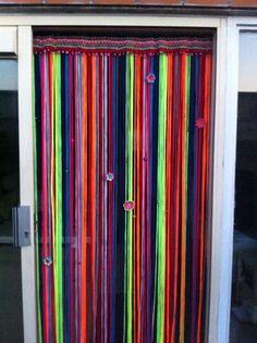 Vliegengordijn van haken en kleur gemaakt