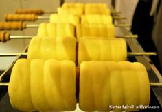 Rising on the roll before baking. Kurtos Kalacs, Chimney Cake, Bbq Food, Ice Cream Treats, Arabic Food, Frozen Treats, Cher, Food Truck, Pastries