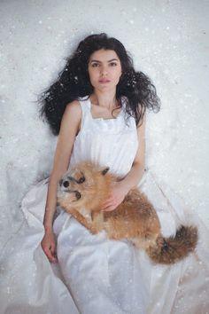 http://buzzly.fr/les-magnifiques-portraits-de-femmes-qui-posent-avec-des-animaux-signes-katerina-plotnikova.html