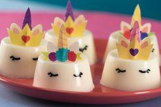 Estas lindas gelatinas son perfectas para una fiesta temática de unicornios. Son súper sencillas de hacer y lúcen increíbles; todos tus invitados las amarán.
