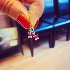 Fehér arany pillangós fülbevaló, magenta-fehér kövekkel. Baba, Arrow Necklace, Drop Earrings, Jewelry, Jewlery, Jewerly, Schmuck, Drop Earring, Jewels