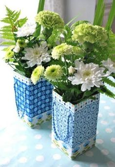 mamas kram: Taschen-Vasen aus Tetra-Packs mamas kram: Taschen-Vasen aus Tetra-P . mamas kram: Taschen-Vasen aus Tetra-Packs mamas kram: Taschen-Vasen aus Tetra-Packs Cette image a o Tetra Pak, Upcycled Crafts, Milk Carton Crafts, Diy Fleur, Fleurs Diy, Diy Recycle, Diy On A Budget, Diy Flowers, Diy Flower Vases