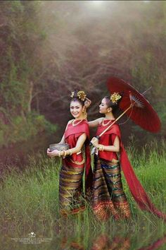 Thailand - Sabai blouse and Sinh Sarong Traditional Thai Clothing, Traditional Fashion, Traditional Dresses, Thai Style, Asian Style, Laos, Costume Ethnique, Thailand Fashion, Thai Fashion