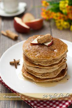 Pancakes alle mele e cannella, soffici frittelle americane ottime per la colazione e il brunch della domenica.Facili, veloci, per una colazione perfetta.