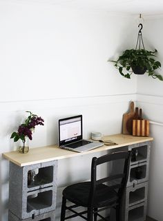Creative Uses of Concrete Blocks in Your Home and Garden --> DIY Cinder Block Table Concrete Projects, Concrete Blocks, Diy Concrete, Apartment Furniture, Furniture Decor, Apartment Desk, Industrial Furniture, Pallet Furniture, Cinder Block Furniture
