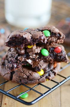 M&M Brownie Cookies; Gooey chocolate insides and crackly tops make these brownie mix cookies the ultimate marriage of brownies and cookies. Nutella Cookie, Brownie Mix Cookies, Yummy Cookies, Chip Cookies, Chocolate Chips, Freezable Cookies, Gooey Cookies, Chocolate Brownie Cookies, M M Cookies