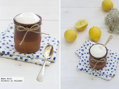 Mousse de limón: 200 ml de leche evaporada, 100 gr de azúcar y el zumo de 2 limones. Leche evaporada muy fría. La ponemos en un bol y con una batidora comenzamos a montarla hasta que espume.  Exprimir limones y colar, y poco a poco agregarlo a la leche evaporada, sin dejar de batir. Por último añadir el azúcar, en forma de lluvia y siempre sin dejar de batir. Distribuimos en los recipientes donde vayamos a presentarlo y guardamos en frío hasta servir. Dessert Recipes, Desserts, Recipe Collection, Panna Cotta, Pudding, Sweets, Cooking, Tableware, Ethnic Recipes