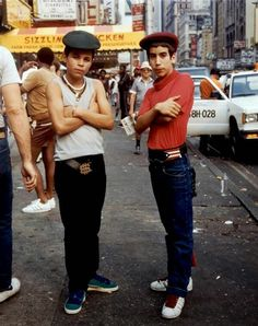 Jamel Shabazz: Street Photographer Charlie Ahearn's Film Retraces a Moment in New York Style - Video 1 / 2 / 3 As a teenage photographer in early East Flatbush, Brooklyn, Jamel Shabazz set out to document the then nascent movement of hip-hop. Mode Hip Hop, 80s Hip Hop, B Boy Stance, Jamel Shabazz, Style Hip Hop, Gangs Of New York, Foto Portrait, Style Streetwear, Look Retro