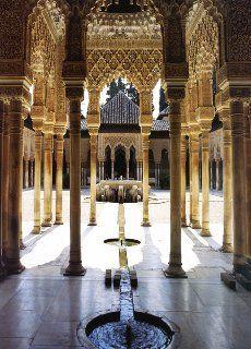 Grenade Alhambra Cour des Lions l'eau court de l'intérieur vers la cour