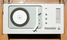 #Apple vs #Dieter Rams interface design. (In danish). How Apple is more than a little inspired by Rams' designs. Rams' 10 design rules.