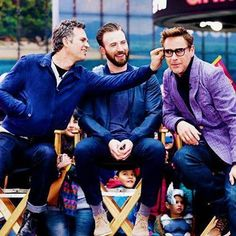 """"""". Gods @robertdowneyjr @markruffalo can you two sthap Chris is gettin' jealous . LOOK VERY CLOSELY AT CAP'S CHAIR I'M LAUGHING SO HARD . #rdj…"""""""