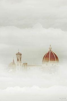 La cúpula de Brunelleschi de la catedral de Florencia asoma por encima de la niebla. #Italia #viajes #travel