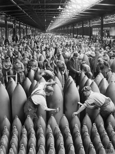 Endless line of workers getting artillery shells ready for attack at the National Shell Filling Factory at Chilwell, Nottinghamshire, UK 1917