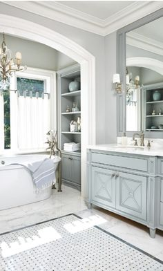 Traditional blues Bad Inspiration, Bathroom Inspiration, Bad Styling, Style At Home, Luxury Interior Design, Bathroom Styling, Bathroom Lighting, Bathroom Chandelier, Ceiling Lighting