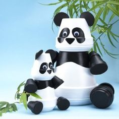 Clay pot pandas – clay pot DIY – terra cotta pots – clay pot animals – make your - garden pot design Flower Pot Art, Flower Pot Design, Flower Pot Crafts, Clay Pot Projects, Clay Pot Crafts, Diy Clay, Shell Crafts, Art Projects, Diy Crafts
