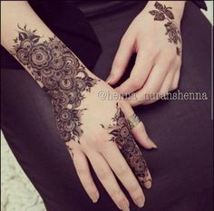 WOW such a beautiful and amazing henna design my favourite love it looks soo beautiful. Floral Henna Designs, Modern Mehndi Designs, Mehndi Designs For Girls, Wedding Mehndi Designs, Beautiful Henna Designs, Mehndi Designs For Fingers, Henna Tattoo Designs, Mehandi Designs, Mehendi