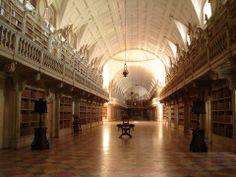 A Biblioteca do Palácio Nacional de Mafra - considerada a mais bela do mundo pelo conhecido portal norte-americano Book Riot, dedicado exclusivamente aos livros.