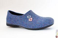 Купить или заказать Слиперы из войлока 'Fresh Air' в интернет-магазине на Ярмарке Мастеров. Слиперы из войлока - альтернативный вариант традиционным слиперам из бархата -тонкий пластичный войлок отлично «сидит» на ноге, малюсенький каблучок и два сердечка вместо монограммы... Туфельки получились Супер комфортные - мягко облегают ногу, не оттопыриваются при ходьбе, очень лёгкие, и симпатичные)))) Слиперы идеально сочетаются с узкими джинсами, шортами, юбками выше колен.
