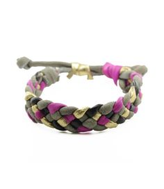 Fashionable leather bracelet./ Trendy Armband aus Leder.
