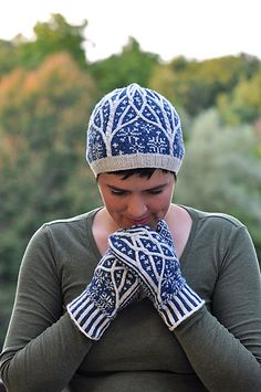 Frosted Forst Hat and Mittens. Fair Isle Knitting, Loom Knitting, Knitting Stitches, Hand Knitting, Knitting Patterns, Hat Patterns, Stitch Patterns, Mittens Pattern, Knit Mittens