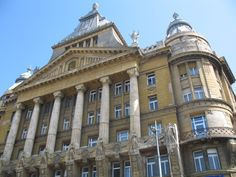 In Boedapest vind je heel veel prachtige gebouwen uit de periode net voor en na 1900. In de kenmerkende stijlen van Art Nouveau, Jugendstil en Art Deco en allerlei mengvormen.