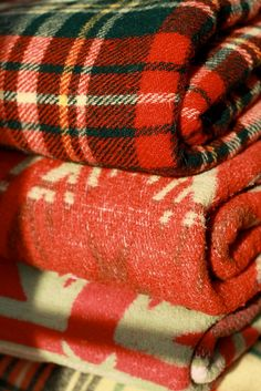 Vintage blankets❤️ I have the tartan one on the back seat of my car for those times when you need a warm blanket Vintage Blanket, Camping Blanket, Warm Blankets, Winter Blankets, Pendleton Blankets, Country Blankets, Pendleton Wool, Cozy Cabin, Winter Cabin