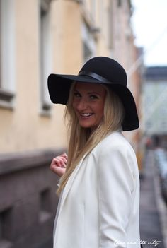My friends fall outfit with a floppy hat: http://divaaniblogit.fi/charandthecity/2014/10/03/teljanneito-paivan-asu/