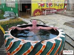 Piscina com pneu de trator. Mais maybe this is the only pool Ill get. Tire Garden, Garden Art, Outdoor Projects, Garden Projects, Piscina Diy, Tire Craft, Tire Furniture, Reuse Old Tires, Tractor Tire