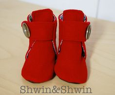 Little Red Riding Boots free pattern from Shwin & Shwin. Doll Shoe Patterns, Baby Patterns, Sewing Patterns, Sewing For Kids, Baby Sewing, Sewing Diy, Baby Booties Free Pattern, Doll Shoes, Me Too Shoes